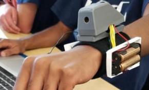 """5名高中生为视障人士发明智能""""臂套"""" 可识别周围物体"""