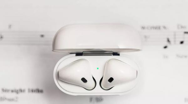 AirPods新专利:左右耳塞可互换,内置生物识别传感器,进行健康追踪